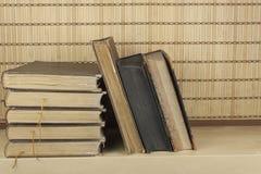 在架子堆积的旧书正面图  免版税图库摄影