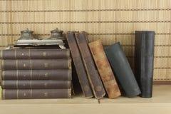 在架子堆积的旧书正面图  免版税库存照片