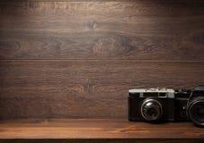 在架子墙壁木头的老照相机 免版税库存图片
