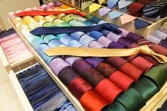在架子的不同的丝绸领带 免版税库存图片