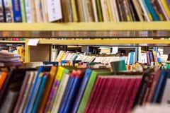 在架子的书在图书馆里 免版税库存图片