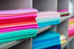 在架子的五颜六色的衣裳在商店 库存照片