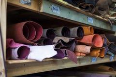 在架子的优质多彩多姿的被洗染的皮革 免版税库存图片