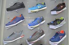 在架子的体育鞋子 免版税图库摄影