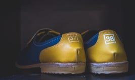 在架子的保龄球鞋 免版税库存图片