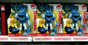 在架子的变压器玩具在购物中心 免版税库存图片