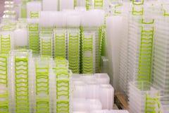 在架子的塑料盒容器在商店 免版税图库摄影