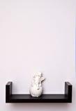 在架子的天使雕象 免版税库存照片