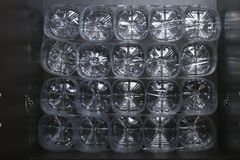 在架子的存贮组织 对塑料瓶的次要用途 挽救空间 方便用途 库存照片