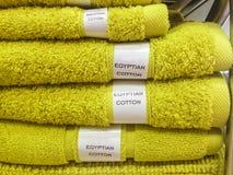 在架子的家庭浴穿戴由埃及棉花制成 库存照片