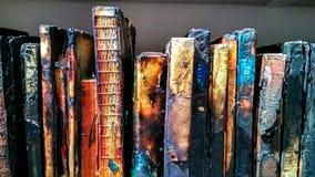 在架子的很多被烧的书 免版税库存图片