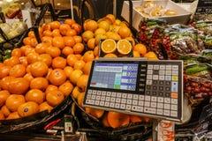 在架子的新鲜的桔子在新鲜水果区域 免版税库存图片