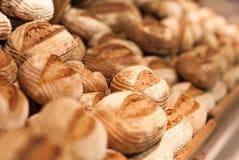 在架子的新鲜的麦子面包在超级市场 库存图片
