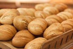 在架子的新鲜的麦子面包在超级市场 免版税库存照片