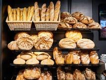 在架子的新鲜面包在面包店 免版税库存照片
