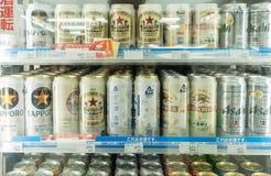 在架子的日本啤酒在minimart 库存照片