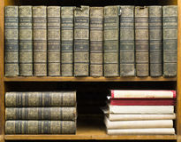在架子的旧书 免版税库存照片