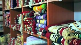 在架子的明亮地色的纺织品在商店 影视素材
