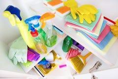 在架子的清洁物品 免版税库存图片