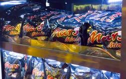 在架子的火星巧克力 免版税库存照片