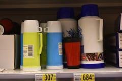 在架子的热水瓶在超级市场 免版税图库摄影