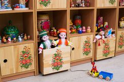 在架子的玩具在壁橱 图库摄影