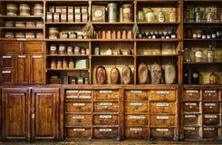 在架子的瓶在老药房 免版税库存图片