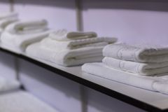 在架子的白色毛巾 免版税库存照片