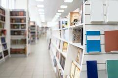 在架子的空白的畅销书在有被弄脏的后面飞机的书店商店 免版税图库摄影