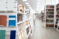 在架子的空白的畅销书在有被弄脏的后面飞机的书店商店 库存图片