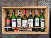 在架子的空的酒瓶与禁烟标签 免版税库存图片