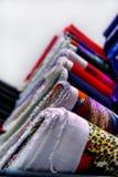 在架子的纺织品布料 库存照片