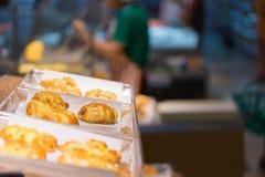 在架子的花梢面包在购物中心 免版税库存照片