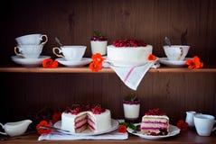 在架子的蛋糕 免版税图库摄影