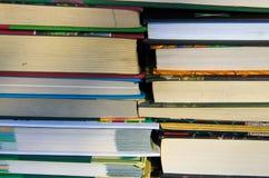 在架子的许多新书 免版税图库摄影