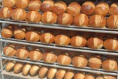 在架子的许多面包 库存照片