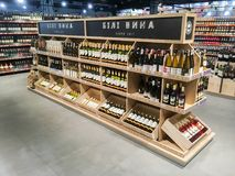 在架子的酒瓶在超级市场 免版税库存照片