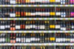在架子的酒精饮料在超级市场 免版税图库摄影