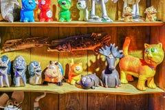 在架子的陶瓷玩具在里加圣诞节市场期间 免版税库存图片