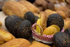 在架子的面包店产品 免版税库存图片