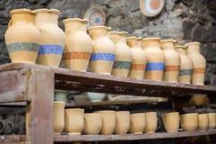 在架子的黏土水罐在瓦器车间 图库摄影