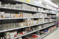 在架子的玻璃在大型超级市场 免版税库存照片