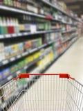在架子酒精的模糊的背景酒在超级市场商店 免版税库存图片
