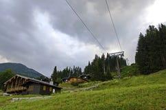 在架置滑雪胜地的偏僻的客舱 库存照片