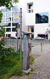 在柏林加工在一条城市街道上的停车处 库存照片