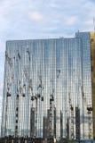 在柏林反映的建筑用起重机,德国 库存照片