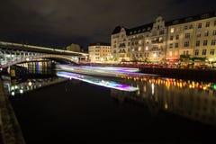 在柏林夜作用的狂欢运河从在桥梁的光对Friedrichstrasse,德国 免版税库存图片