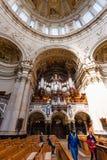 在柏林大教堂柏林大教堂里面的游人 库存图片