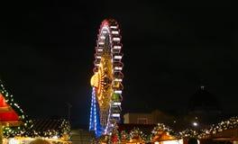 在柏林弗累斯大转轮Neptunbrunnen圣诞节市场,德语 免版税图库摄影