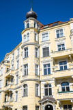 在柏林看见的老黄色大厦 免版税库存照片